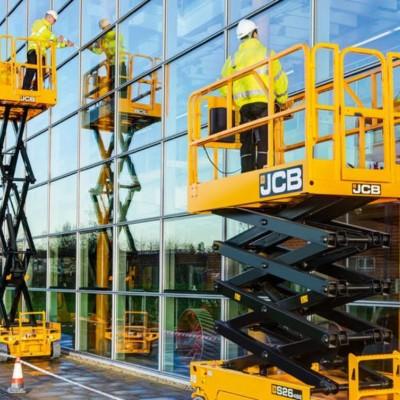 Fensterputzen mit JCB Accessbühnen